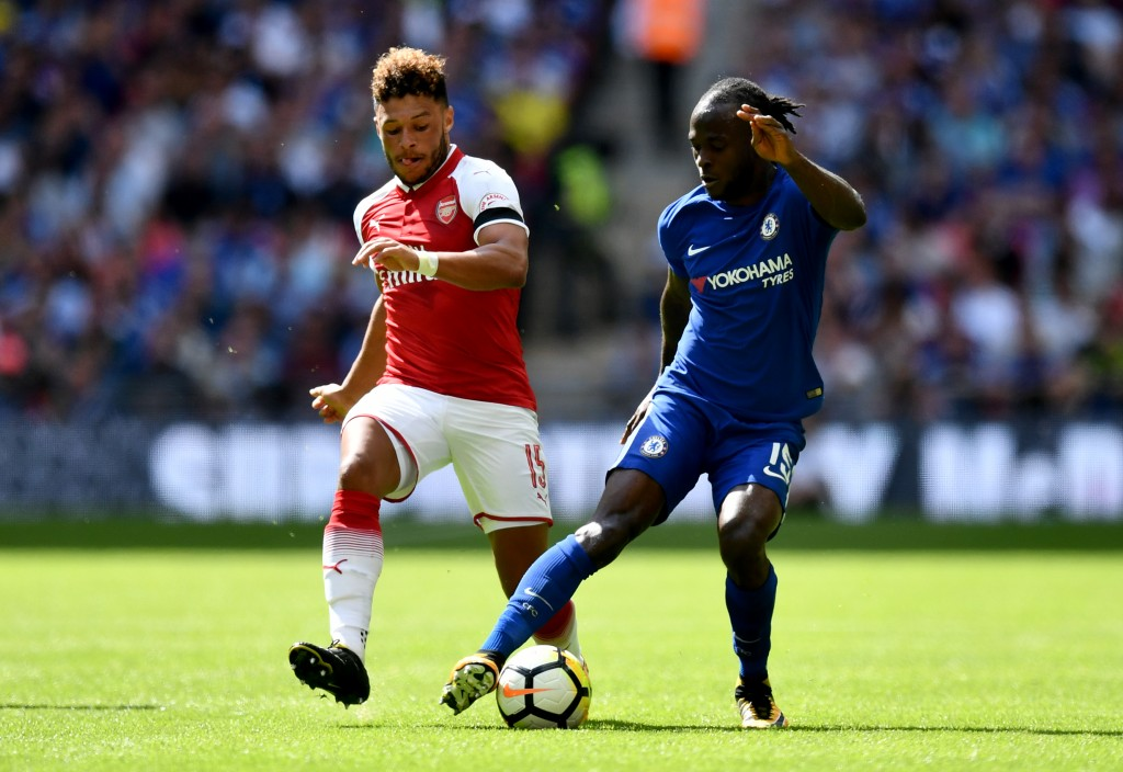 LONDON, ENGLAND - AUGUST 06: Alex Oxlade-Chamberlain of Arsenal and Victor Moses of Chelsea battle for possession during the The FA Community Shield final between Chelsea and Arsenal at Wembley Stadium on August 6, 2017 in London, England. (Photo by Dan Mullan/Getty Images)