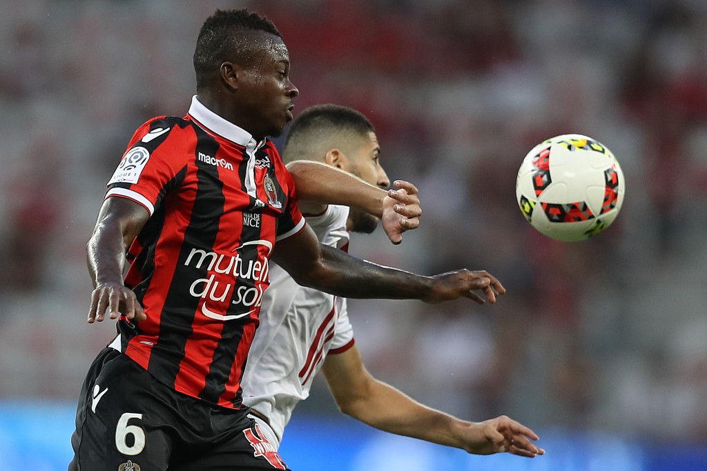 "Nice's Ivorian midfielder Jean Michael Seri (L) vies with Lille's French forward Yassine Benzia (R) during the French L1 football match Nice vs Lille on August 27, 2016 at the ""Allianz Riviera"" stadium in Nice, southeastern France. / AFP / VALERY HACHE (Photo credit should read VALERY HACHE/AFP/Getty Images)"