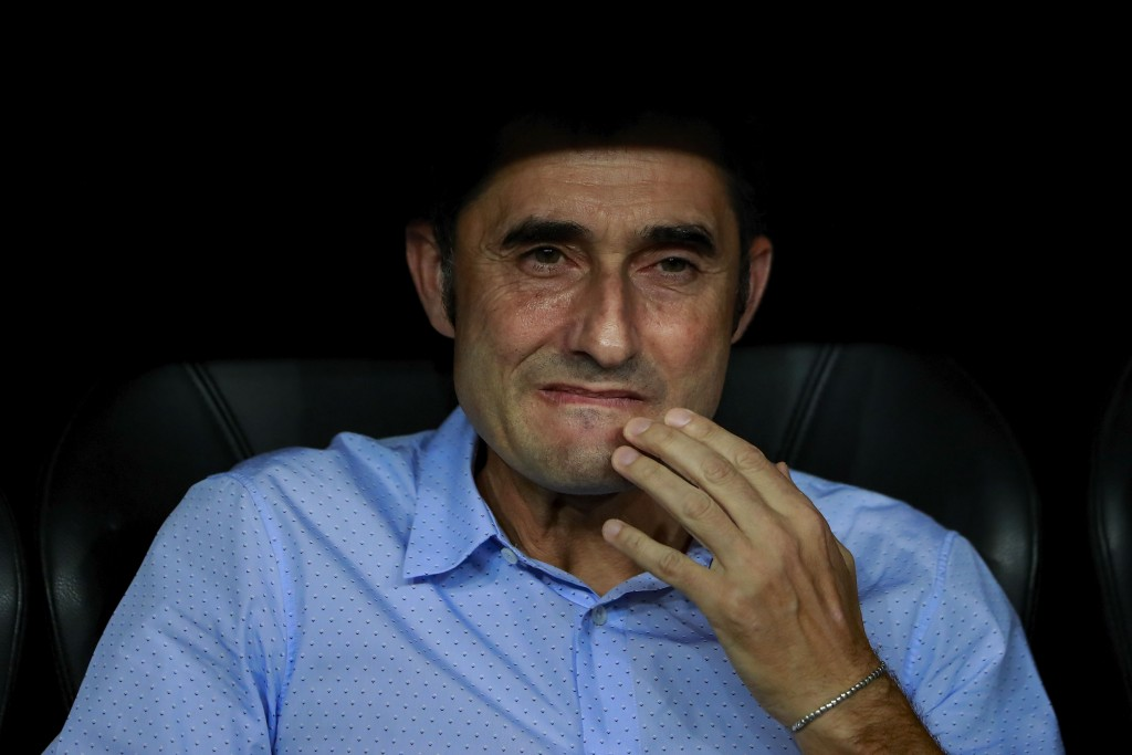 MADRID, SPAIN - AUGUST 16: Head coach Ernesto Valverde of FC Barcelona reacts sitted on the bench prior to start the Supercopa de Espana Final 2nd Leg match between Real Madrid and FC Barcelona at Estadio Santiago Bernabeu on August 16, 2017 in Madrid, Spain. (Photo by Gonzalo Arroyo Moreno/Getty Images)