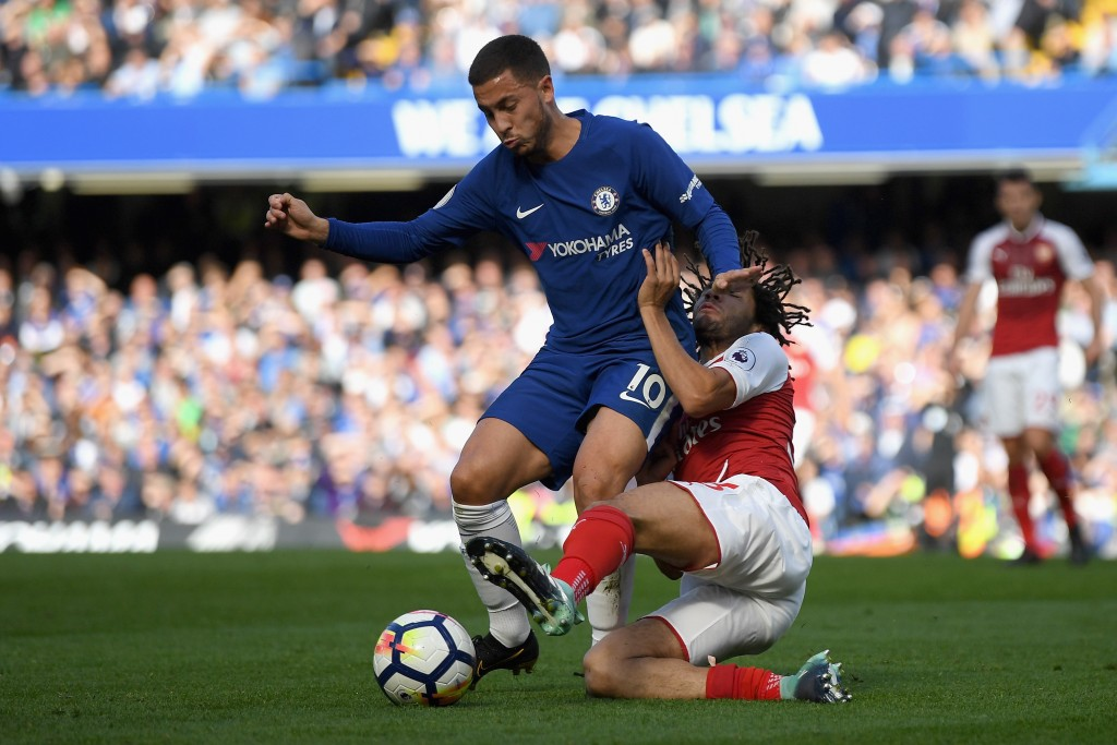 LONDON, ENGLAND - SEPTEMBER 17: Eden Hazard of Chelsea and Mohamed Elneny of Arsenal battle for possession during the Premier League match between Chelsea and Arsenal at Stamford Bridge on September 17, 2017 in London, England. (Photo by Mike Hewitt/Getty Images)