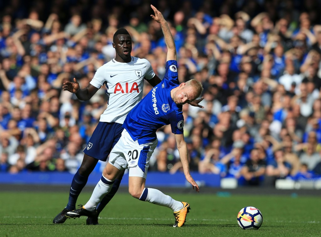 Tottenham Hotspur's Colombian defender Davinson Sanchez (L) vies with Everton's Dutch midfielder Davy Klaassen (R) during the English Premier League football match between Everton and Tottenham Hotspur at Goodison Park in Liverpool, north west England on September 9, 2017. / AFP PHOTO / Lindsey PARNABY / RESTRICTED TO EDITORIAL USE. No use with unauthorized audio, video, data, fixture lists, club/league logos or 'live' services. Online in-match use limited to 75 images, no video emulation. No use in betting, games or single club/league/player publications. / (Photo credit should read LINDSEY PARNABY/AFP/Getty Images)