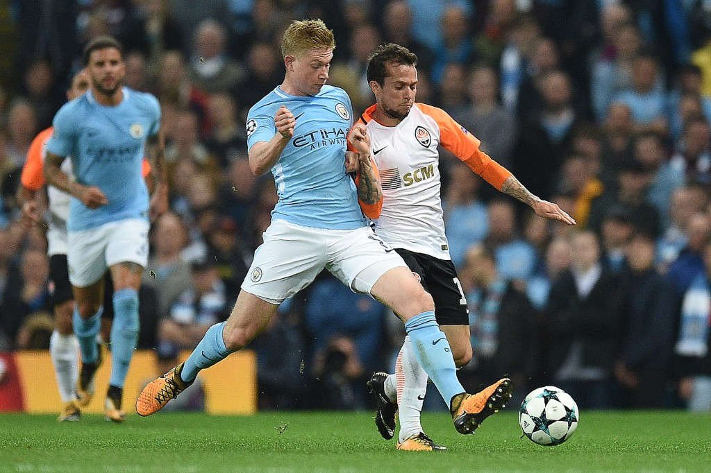 Manchester City's Belgian midfielder Kevin De Bruyne (L) vies with Shakhtar Donetsk's Brazilian midfielder Bernard during the Group F football match between Manchester City and Shakhtar Donetsk at the Etihad Stadium in Manchester, north west England, on September 26, 2017. / AFP PHOTO / Oli SCARFF (Photo credit should read OLI SCARFF/AFP/Getty Images)