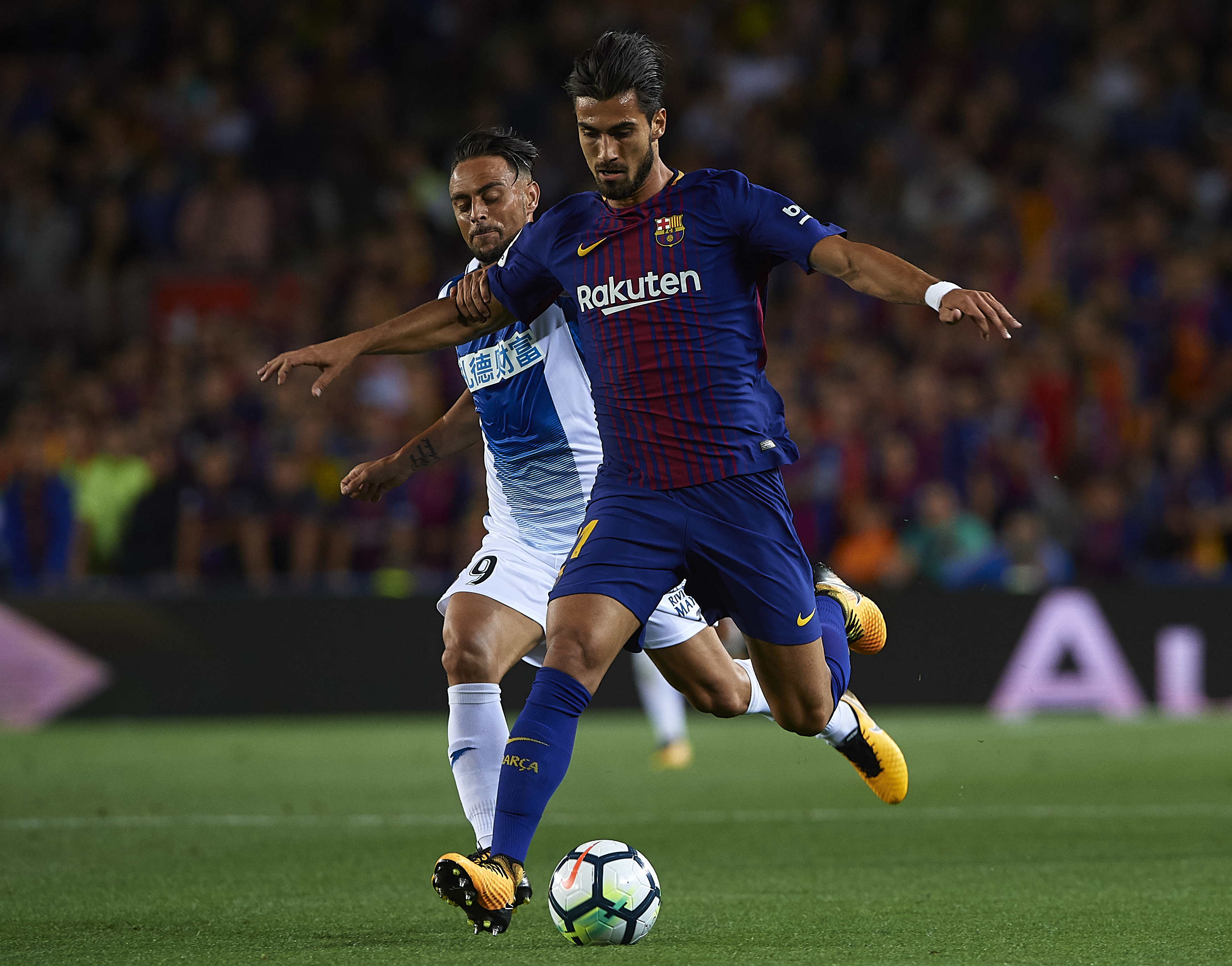 BARCELONA, SPAIN - SEPTEMBER 09: Andre Gomes (R) of Barcelona competes for the ball with Sergio Garcia of Espanyol during the La Liga match between Barcelona and Espanyol at Camp Nou on September 9, 2017 in Barcelona, Spain. (Photo by Manuel Queimadelos Alonso/Getty Images)