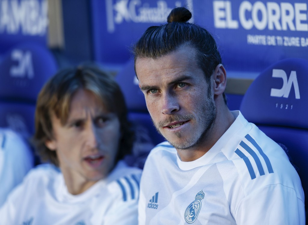 VITORIA-GASTEIZ, SPAIN - SEPTEMBER 23: Gareth Bale (R) of Real Madrid CF smiles ahead his teammate Luka Modric (L) both sitted on the bench prior to start the La Liga match between Deportivo Alaves and Real Madrid CF at Estadio de Mendizorroza on September 23, 2017 in Vitoria-Gasteiz, Spain. (Photo by Gonzalo Arroyo Moreno/Getty Images)
