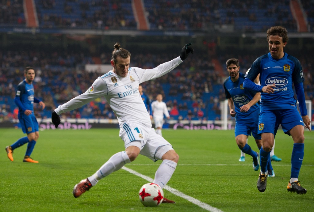 MADRID, SPAIN - NOVEMBER 28: Gareth Bale of Real Madrid CF crosses the ball during the Copa del Rey, Round of 32, Second Leg match between Real Madrid and Fuenlabrada at Estadio Santiago Bernabeu on November 28, 2017 in Madrid, Spain. (Photo by Denis Doyle/Getty Images)