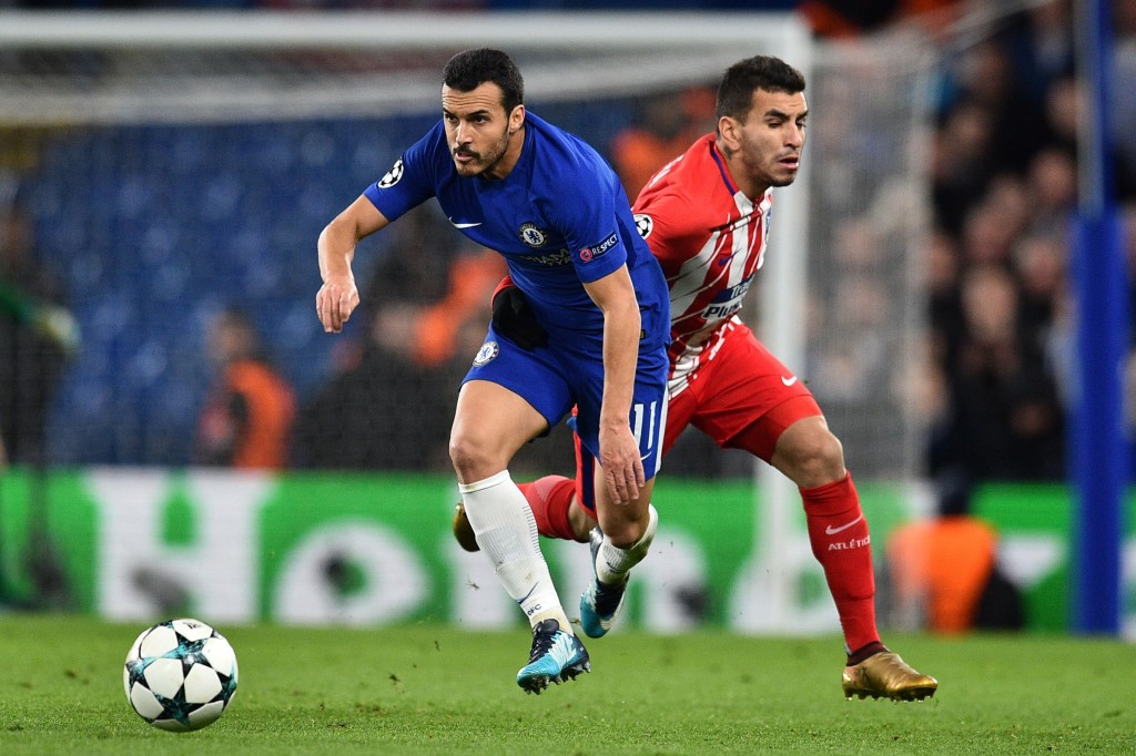 Chelsea's Spanish midfielder Pedro (L) vies with Atletico Madrid's Argentinian striker Angel Correa during a UEFA Champions League Group C football match between Chelsea and Atletico Madrid at Stamford Bridge in London on December 5, 2017. / AFP PHOTO / Glyn KIRK (Photo credit should read GLYN KIRK/AFP/Getty Images)
