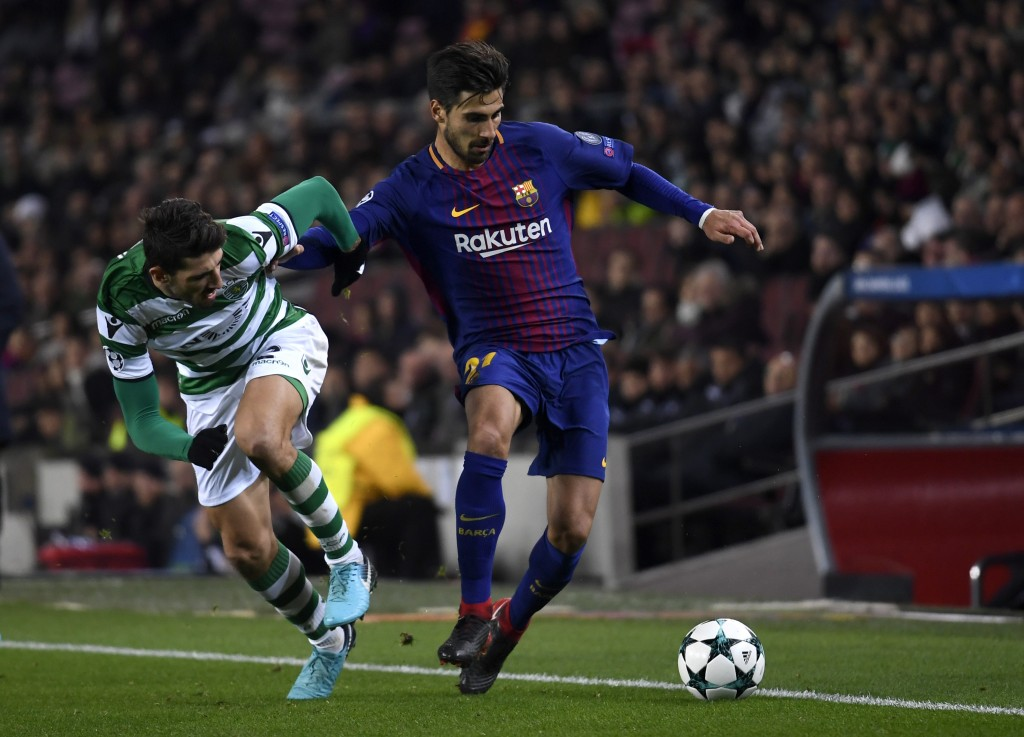 BARCELONA, SPAIN - DECEMBER 05: Andre Gomes of Barcelona is challenged by Cristiano Piccini of Sporting Lisbon during the UEFA Champions League group D match between FC Barcelona and Sporting CP at Camp Nou on December 5, 2017 in Barcelona, Spain. (Photo by Alex Caparros/Getty Images)