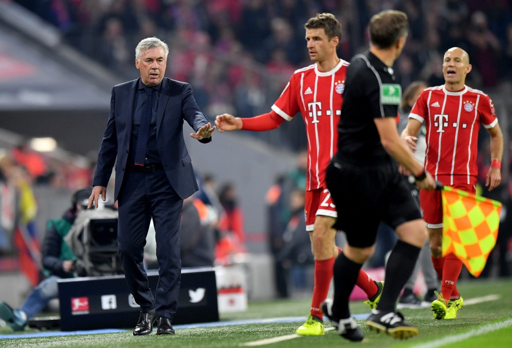 MUNICH, GERMANY - SEPTEMBER 22: Carlo Ancelotti (L), head coach of Muenchen shake hands with Thomas Mueller during the Bundesliga match between FC Bayern Muenchen and VfL Wolfsburg at Allianz Arena on September 22, 2017 in Munich, Germany. (Photo by Sebastian Widmann/Bongarts/Getty Images)