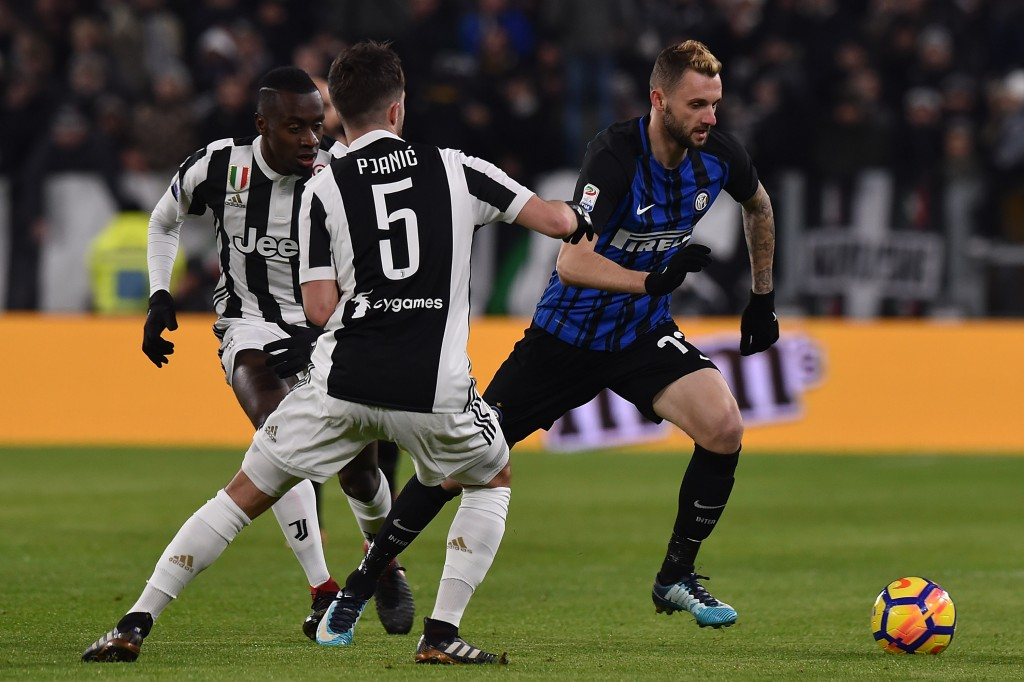 TURIN, ITALY - DECEMBER 09: Marcelo Brozovic (R) of Internazionale holds off the challange from Blaize Matuidi (L) and Miralerm Pjanic of Juventus during the Serie A match between Juventus and FC Internazionale at Allianz Stadium on December 9, 2017 in Turin, Italy. (Photo by Tullio M. Puglia/Getty Images)