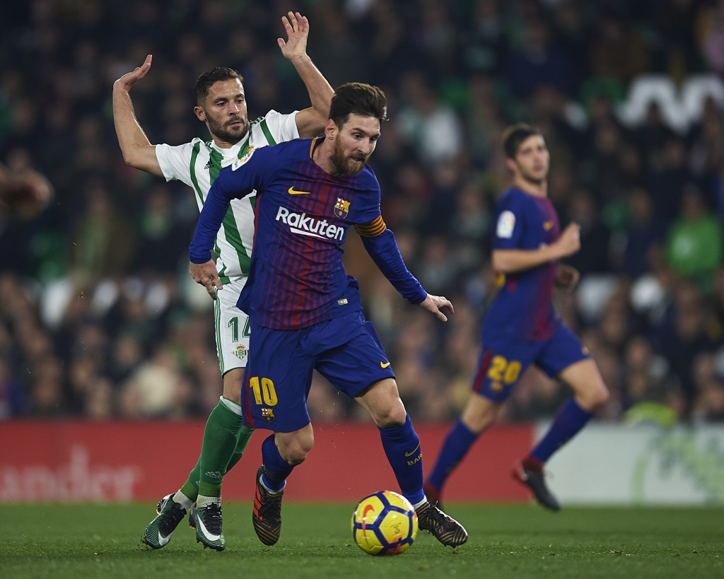SEVILLE, SPAIN - JANUARY 21: Lionel Messi of FC Barcelona (R) being followed by Riza Durmisi of Real Betis Balompie (L) the La Liga match between Real Betis and Barcelona at Estadio Benito Villamarin on January 21, 2018 in Seville, . (Photo by Aitor Alcalde/Getty Images)