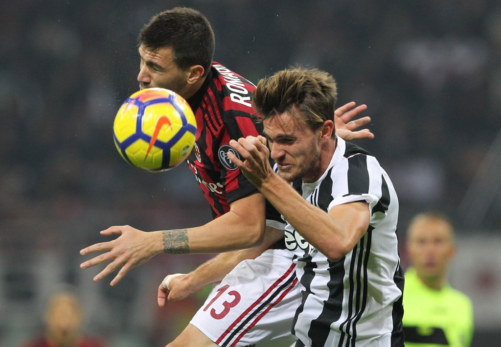 MILAN, ITALY - OCTOBER 28: Daniele Rugani (R) of Juventus FC competes for the ball with Alessio Romagnoli (L) of AC Milan during the Serie A match between AC Milan and Juventus at Stadio Giuseppe Meazza on October 28, 2017 in Milan, Italy. (Photo by Marco Luzzani/Getty Images)