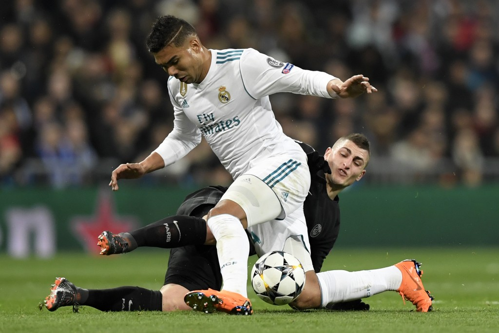 Real Madrid's Brazilian midfielder Casemiro (L) vies with Paris Saint-Germain's Italian midfielder Marco Verratti(R) during the UEFA Champions League round of sixteen first leg football match Real Madrid CF against Paris Saint-Germain (PSG) at the Santiago Bernabeu stadium in Madrid on February 14, 2018. / AFP PHOTO / GABRIEL BOUYS (Photo credit should read GABRIEL BOUYS/AFP/Getty Images)