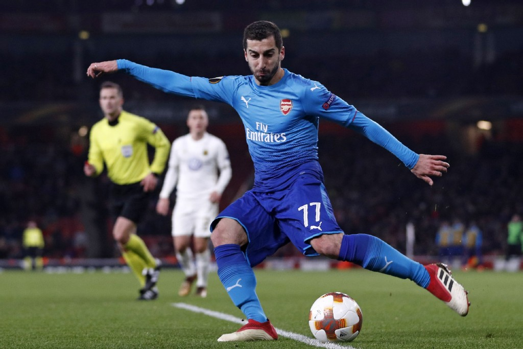 Arsenal's Armenian midfielder Henrikh Mkhitaryan crosses the ball during the second leg of the Europa League Round of 32 football match between Arsenal and Ostersunds at the Emirates Stadium in London on February 22, 2018. / AFP PHOTO / Adrian DENNIS / RESTRICTED TO EDITORIAL USE. No use with unauthorized audio, video, data, fixture lists, club/league logos or 'live' services. Online in-match use limited to 75 images, no video emulation. No use in betting, games or single club/league/player publications. / (Photo credit should read ADRIAN DENNIS/AFP/Getty Images)