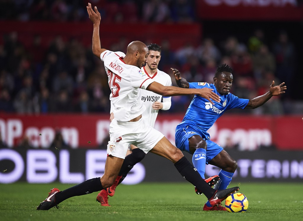 SEVILLE, SPAIN - JANUARY 28: Steven N'Zonzi of Sevilla FC (L) competes for the ball with Djene Dakonam of Getafe CF (R) during the La Liga match between Sevilla and Getafe at Estadio Ramon Sanchez Pizjuan on January 28, 2018 in Seville, Spain. (Photo by Aitor Alcalde/Getty Images)