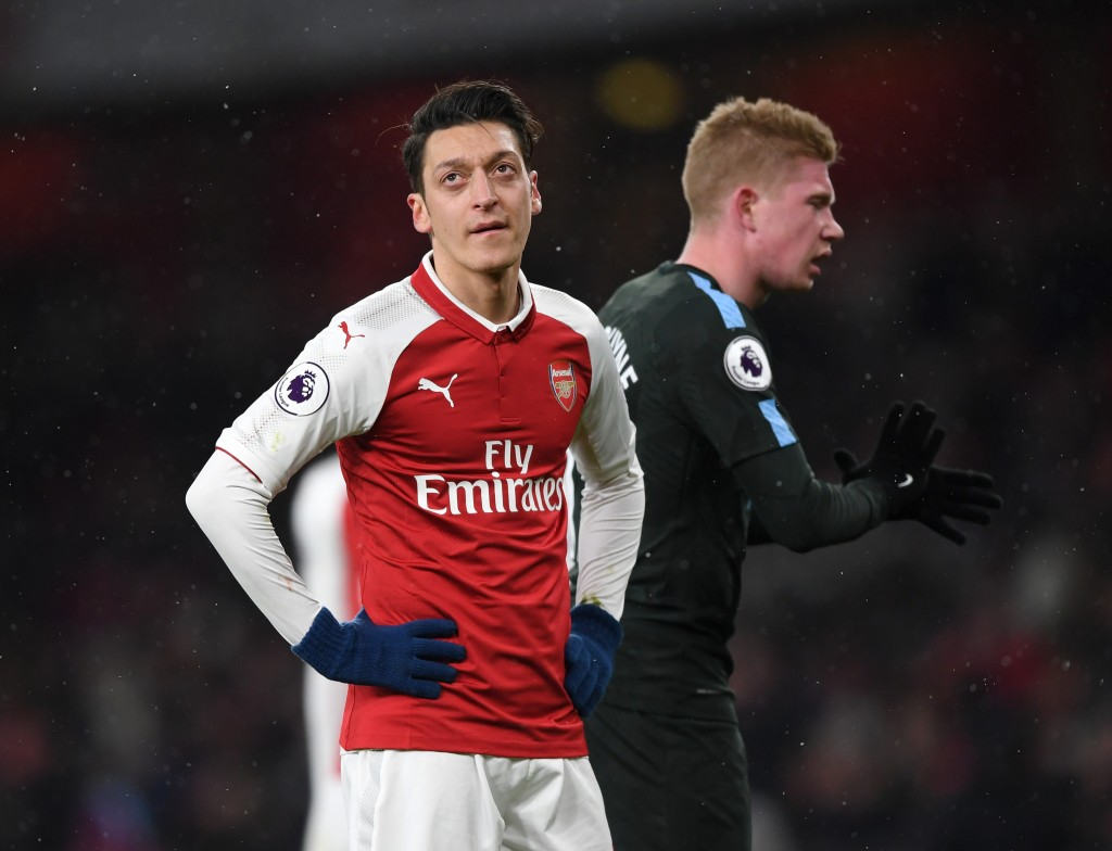 LONDON, ENGLAND - MARCH 01: Mesut Ozil of Arsenal shows his frustration in front Kevin De Bruyne of Manchester City during the Premier League match between Arsenal and Manchester City at Emirates Stadium on March 1, 2018 in London, England. (Photo by Shaun Botterill/Getty Images)
