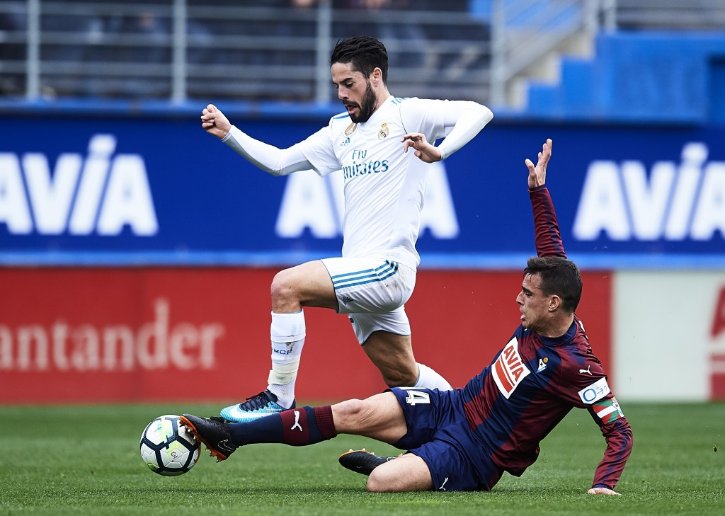 EIBAR, SPAIN - MARCH 10: Daniel Garcia of SD Eibar duels for the ball with Isco Alarcon of Real Madrid during the La Liga match between SD Eibar and Real Madrid at Ipurua Municipal Stadium on March 10, 2018 in Eibar, Spain . (Photo by Juan Manuel Serrano Arce/Getty Images)