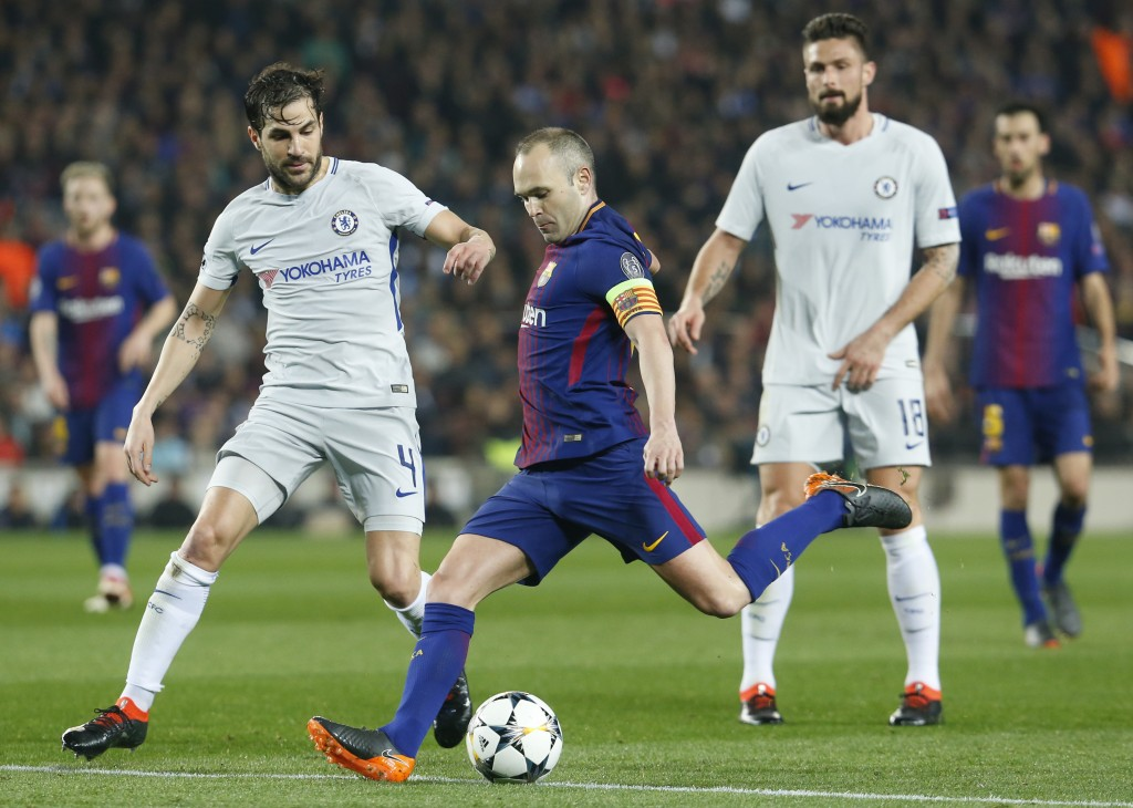 Barcelona's Spanish midfielder Andres Iniesta (C) vies with Chelsea's Spanish midfielder Cesc Fabregas (L) during the UEFA Champions League round of sixteen second leg football match between FC Barcelona and Chelsea FC at the Camp Nou stadium in Barcelona on March 14, 2018. / AFP PHOTO / Pau Barrena (Photo credit should read PAU BARRENA/AFP/Getty Images)