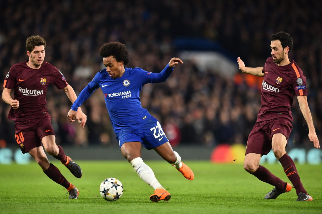 Chelsea's Brazilian midfielder Willian (C) vies with Barcelona's Spanish midfielder Sergi Roberto (L) and Barcelona's Spanish midfielder Sergio Busquets (R) during the first leg of the UEFA Champions League round of 16 football match between Chelsea and Barcelona at Stamford Bridge stadium in London on February 20, 2018. / AFP PHOTO / Glyn KIRK (Photo credit should read GLYN KIRK/AFP/Getty Images)