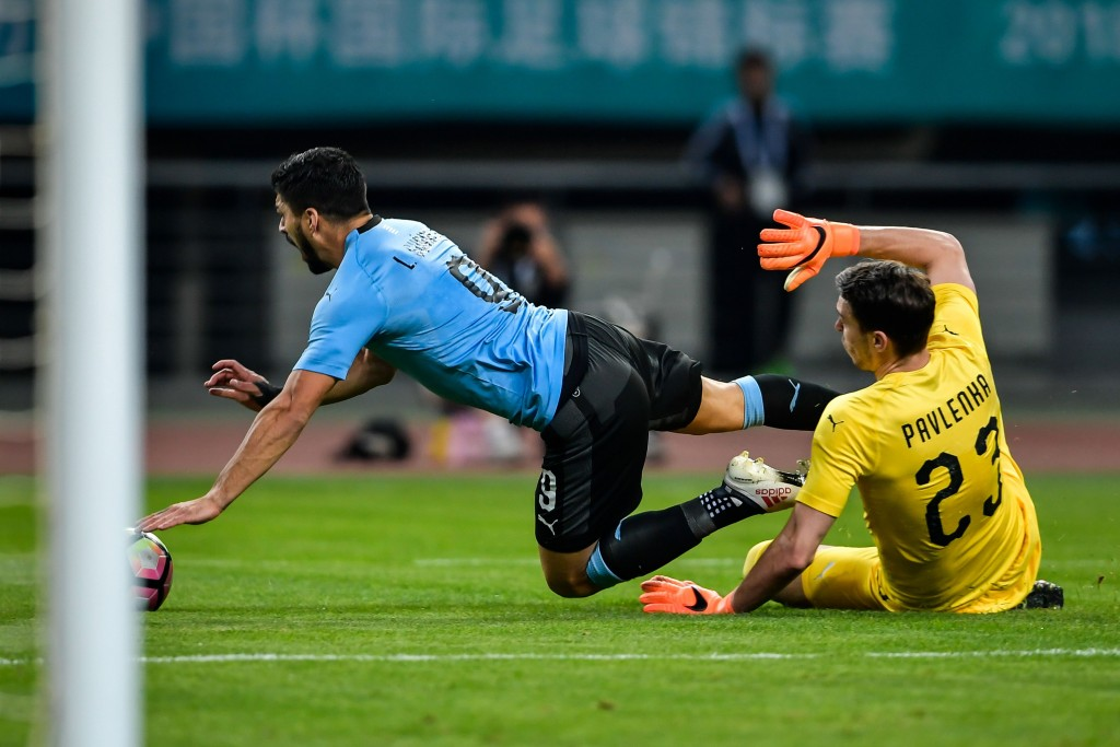 Pavlenka fouls Suarez to concede a penalty (Photo - AFP/Getty Images)
