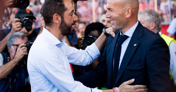 GIRONA, SPAIN - OCTOBER 29: Head Coach Pablo Machin (L) and Head Coach Zinedine Zidane meet ahead of the La Liga match between Girona and Real Madrid at Estadi de Montilivi on October 29, 2017 in Girona, Spain. (Photo by Alex Caparros/Getty Images)