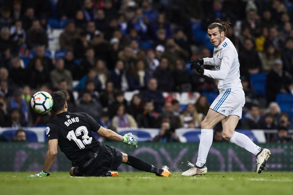MADRID, SPAIN - MARCH 18: Gareth Bale (R) of Real Madrid CF scores their fifth goal during the La Liga match between Real Madrid CF and Girona FC at Estadio Santiago Bernabeu on March 18, 2018 in Madrid, Spain. (Photo by Gonzalo Arroyo Moreno/Getty Images)