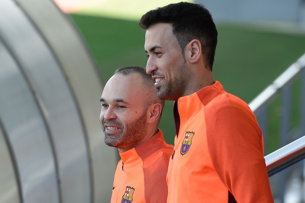Barcelona's midfielder Sergio Busquets (R) and Barcelona's midfielder Andres Iniesta (L) arrive at the Joan Gamper Sports Center in Sant Joan Despi near Barcelona on April 3, 2018 on the eve their UEFA Champions League quarter-final first leg football match between Barcelona and AS Roma. / AFP PHOTO / LLUIS GENE (Photo credit should read LLUIS GENE/AFP/Getty Images)