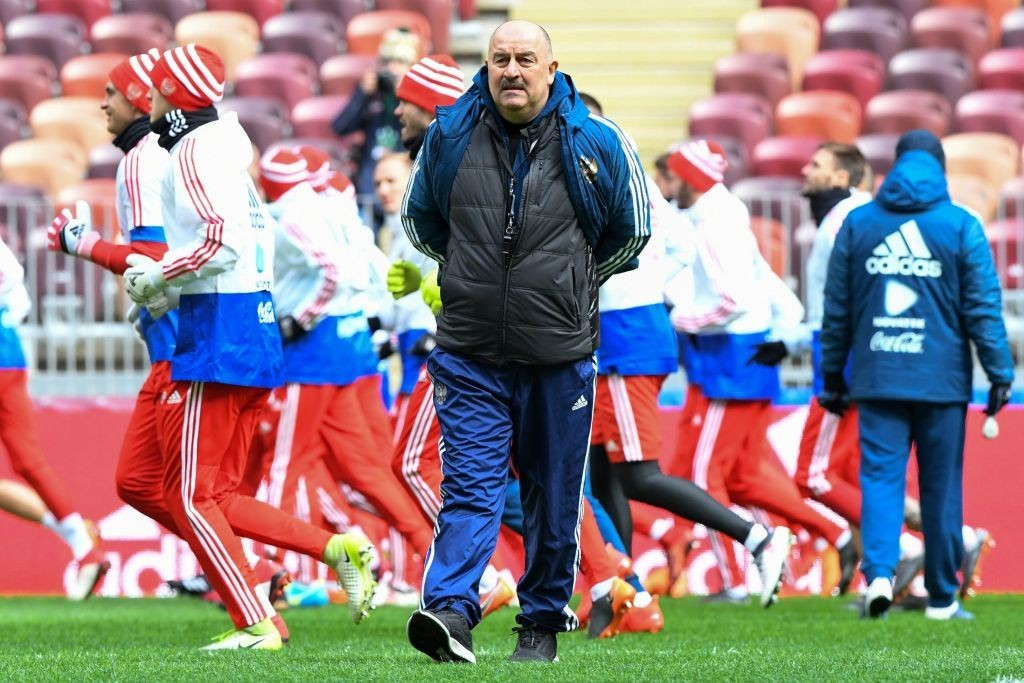 Russia manager Cherchesov putting his squad through the paces (Photo: KIRILL KUDRYAVTSEV/AFP/Getty Images)