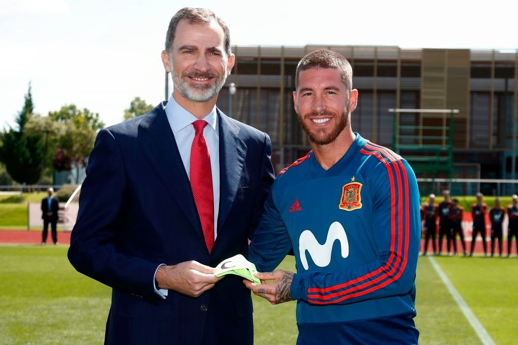Spain's Fernando Hierro supports David de Gea after error against Portugal