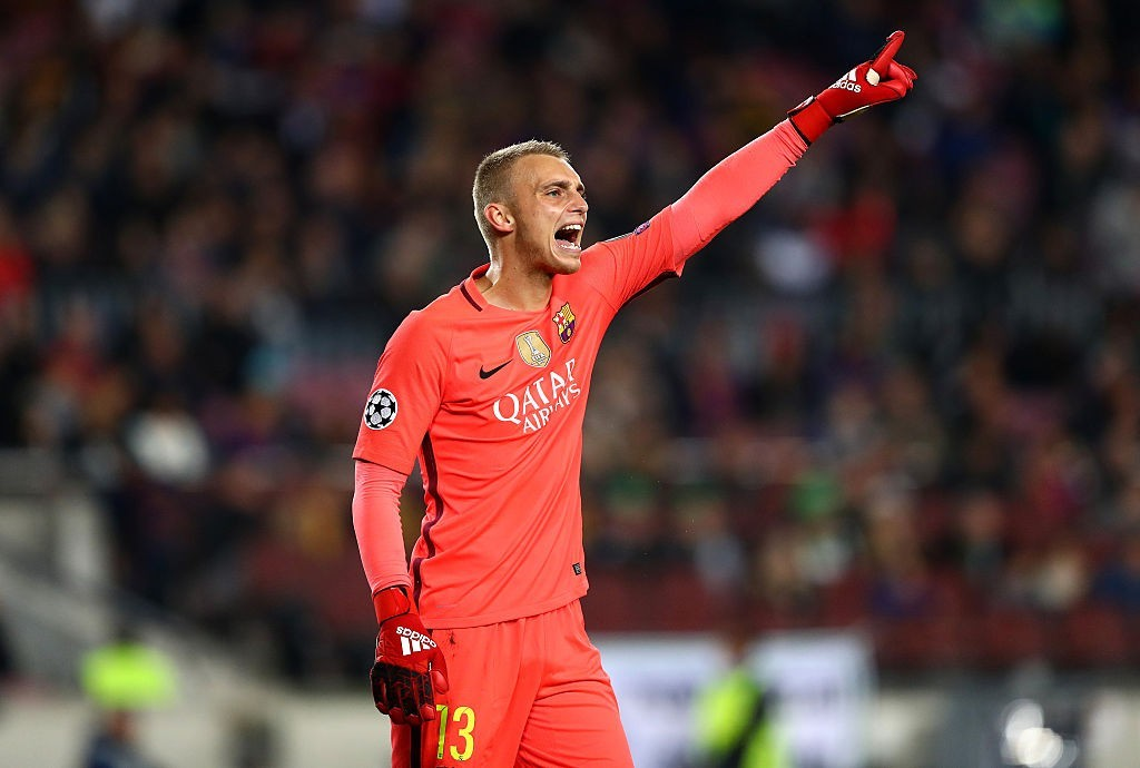 BARCELONA, SPAIN - DECEMBER 06: Jasper Cillessen of Barcelona gives his team instructions during the UEFA Champions League Group C match between FC Barcelona and VfL Borussia Moenchengladbach at Camp Nou on December 6, 2016 in Barcelona, Spain. (Photo by Alex Grimm/Bongarts/Getty Images)