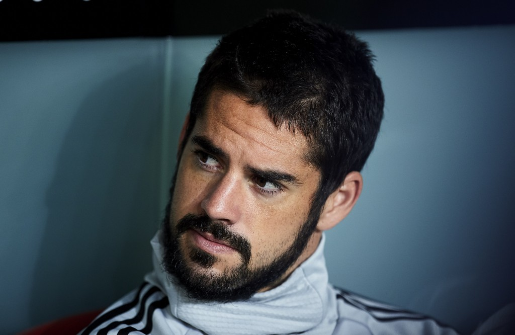 Frustrated by his time on the bench, Isco could be open to joining Chelsea or Arsenal. (Photo by Juan Manuel Serrano Arce/Getty Images)