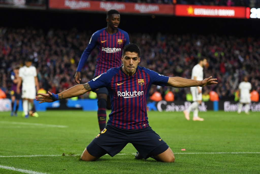 Suarez looks a far cry from the domineering striker who had inspired the 5-1 thrashing of Real Madrid in the first El Clasico of the season. (Photo by David Ramos/Getty Images)