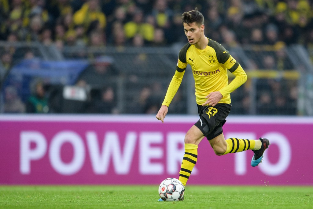 DORTMUND, GERMANY - JANUARY 26: Julian Weigl of Dortmund controls the ball during the Bundesliga match between Borussia Dortmund and Hannover 96 at the Signal Iduna Park on January 26, 2019 in Dortmund, Germany. (Photo by Jörg Schüler/Getty Images)