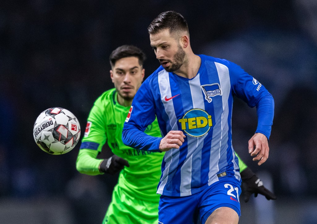 BERLIN, GERMANY - JANUARY 25: Marvin Plattenhardt of Hertha BSC is challenged by Suat Serdar of FC Schalke 04 during the Bundesliga match between Hertha BSC and FC Schalke 04 at Olympiastadion on January 25, 2019 in Berlin, Germany. (Photo by Boris Streubel/Bongarts/Getty Images)