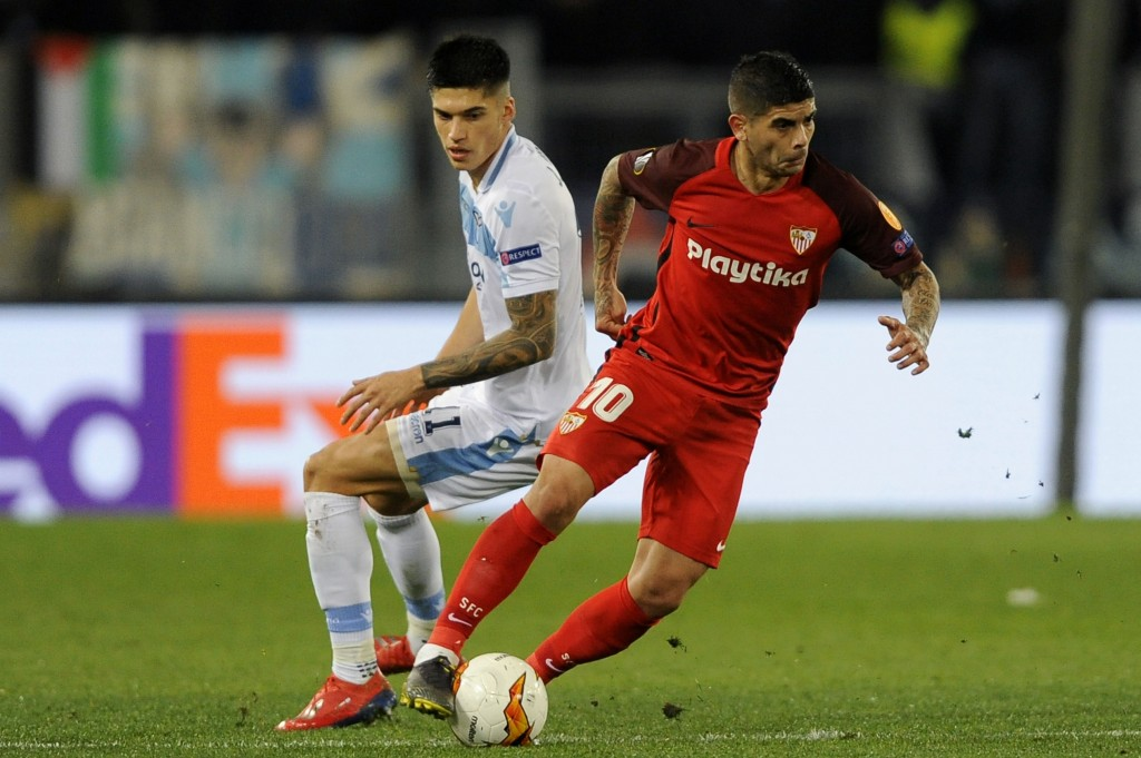 ROME, ITALY - FEBRUARY 14: Joaquin Correa of SS Lazio competes for the ball with Ever Banega of Sevilla during the UEFA Europa League Round of 32 First Leg match between SS Lazio and Sevilla at Stadio Olimpico on February 14, 2019 in Rome, Italy. (Photo by Marco Rosi/Getty Images)