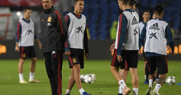Spain's coach Luis Enrique (L) and players attends a training session at the Gran Canaria stadium in Las Palmas on November 17, 2018 on the eve of the international friendly football match between Spain and Bosnia and Herzegovina. (Photo by LLUIS GENE / AFP)        (Photo credit should read LLUIS GENE/AFP/Getty Images)