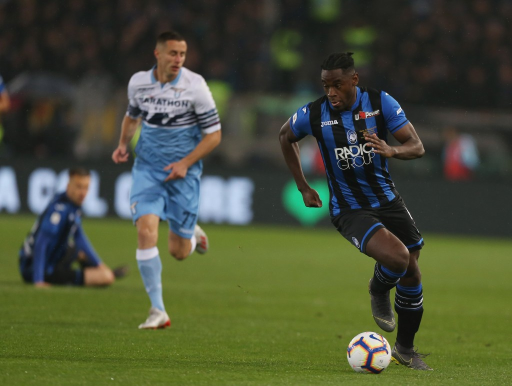 ROME, ITALY - MAY 15: Duvan Zapata of Atalanta BC controls the ball during the TIM Cup Final match between Atalanta BC and SS Lazio at Stadio Olimpico on May 15, 2019 in Rome, Italy. (Photo by Paolo Bruno/Getty Images for Lega Serie A)