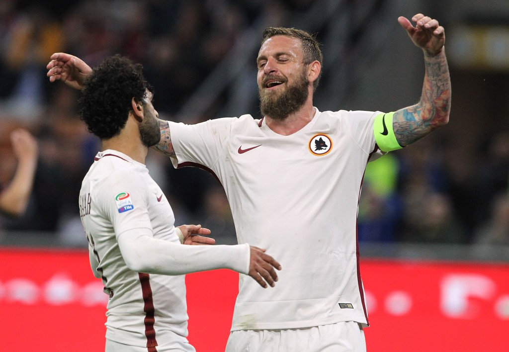 MILAN, ITALY - MAY 07: Daniele De Rossi (R) of AS Roma celebrates his goal with his team-mate Mohamed Salah (L) during the Serie A match between AC Milan and AS Roma at Stadio Giuseppe Meazza on May 7, 2017 in Milan, Italy. (Photo by Marco Luzzani/Getty Images)