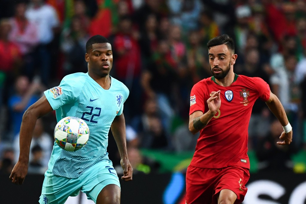 Not long to go before Bruno Fernandes (R) dons the red of Manchester United? (Photo by Gabriel Bouys/AFP/Getty Images)