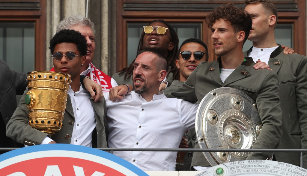 MUNICH, GERMANY - MAY 26: Serge Gnabry, Munich mayor Dieter Reiter, Renato Sanches, Franck Ribery, Thiago, Leon Goretzka and goalkeeper Manuel Neuer (L-R) of FC Bayern Muenchen celebrate winning the Bundesliga title and the German Cup title for the season 2018/19 on the balcony of the town hall at Marienplatz on May 26, 2019 in Munich, Germany. (Photo by Alexandra Beier/Bongarts/Getty Images)