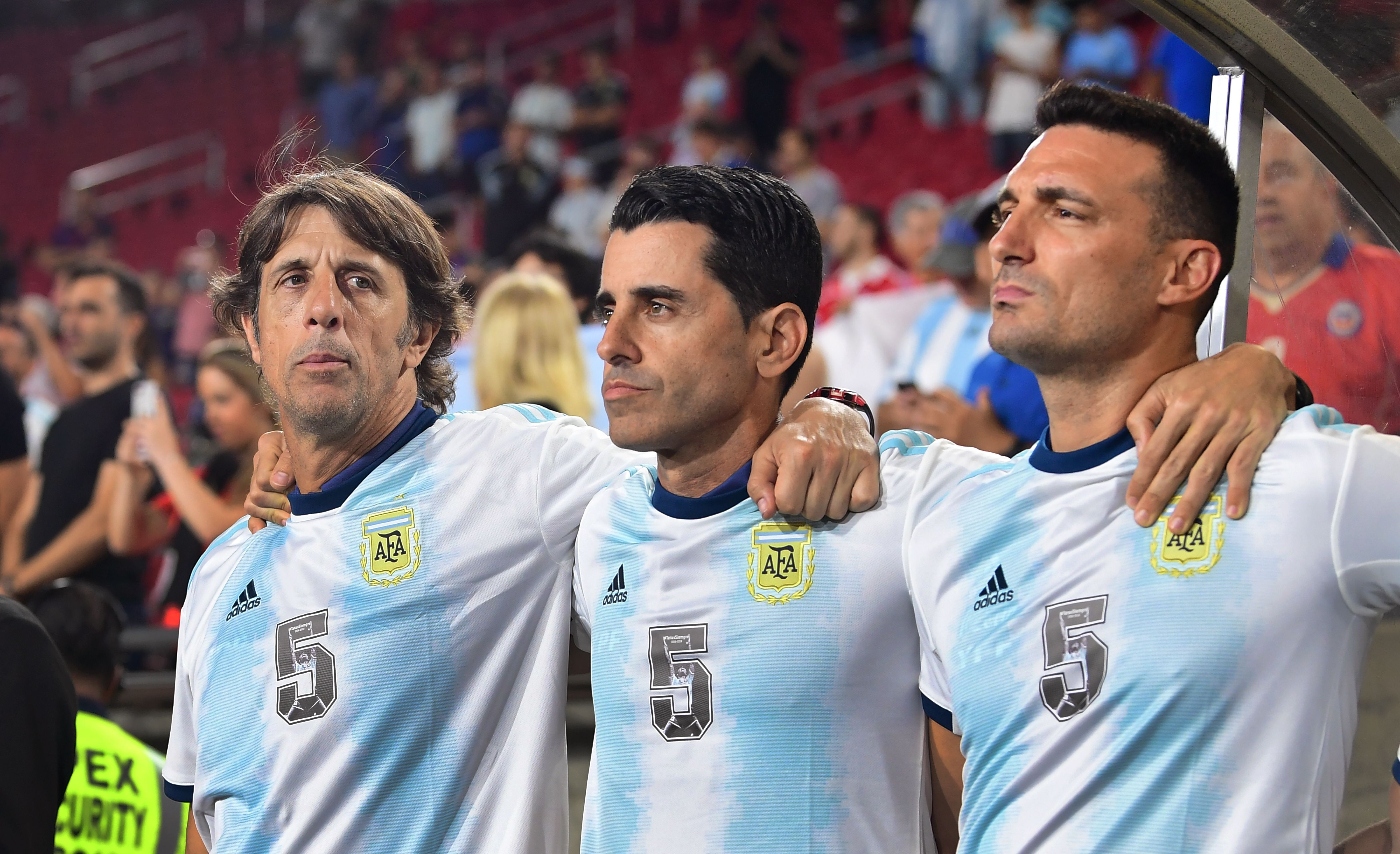 Can Lionel Scaloni (R) & co. get back on track? (Photo by Frederic J. Brown/AFP/Getty Images)