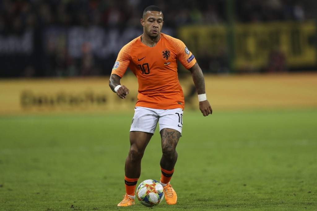 HAMBURG, GERMANY - SEPTEMBER 06: Memphis Depay of Netherlands controls the ball during the UEFA Euro 2020 qualifier match between Germany and Netherlands at Volksparkstadion on September 06, 2019 in Hamburg, Germany. (Photo by Maja Hitij/Bongarts/Getty Images)