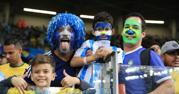 BELO HORIZONTE, BRAZIL - JULY 02: Fans of Brazil and Argentina smile prior to the Copa America Brazil 2019 Semi Final match between Brazil and Argentina at Mineirao Stadium on July 02, 2019 in Belo Horizonte, Brazil. (Photo by Buda Mendes/Getty Images)