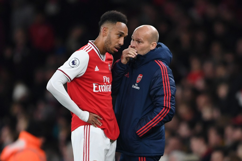 LONDON, ENGLAND - NOVEMBER 23: Freddie Ljungberg, Assistant Manager of Arsenal gives instructions to Pierre-Emerick Aubameyang of Arsenal during the Premier League match between Arsenal FC and Southampton FC at Emirates Stadium on November 23, 2019 in London, United Kingdom. (Photo by Harriet Lander/Getty Images)