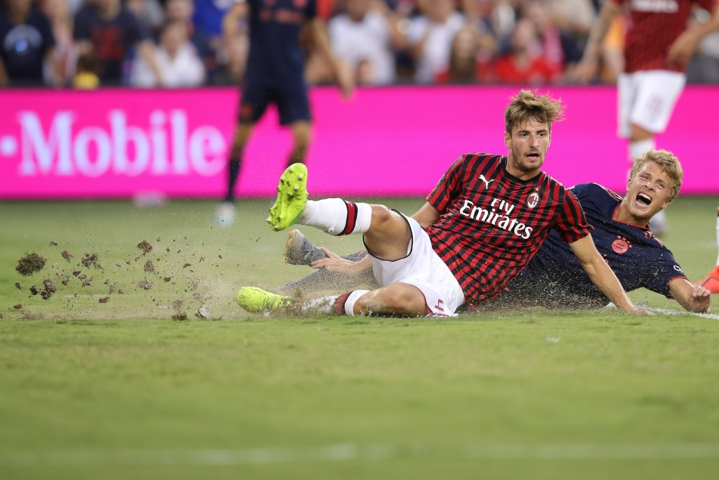 KANSAS CITY, MISSOURI - JULY 23: Fiete Arp of FC Bayern Muenchen battles for the ball with Matteo Gabbia of AC Milan during the 2019 International Champions Cup match between FC Bayern and AC Milan at Children`s Mercy Park Stadium on July 23, 2019 in Kansas City, Missouri. (Photo by Alexander Hassenstein/Bongarts/Getty Images)