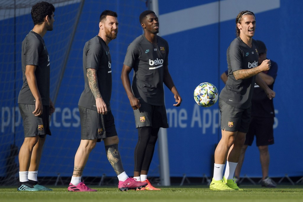 Barcelona's Argentine forward Lionel Messi (2L), Barcelona's French forward Ousmane Dembele (2R) and Barcelona's French forward Antoine Griezmann (R) attend a training session at the Joan Gamper Sports City training ground in Sant Joan Despi, near Barcelona, on October 1, 2019 on the eve of the UEFA Champions League Group F football match against Inter Milan. (Photo by LLUIS GENE / AFP) (Photo credit should read LLUIS GENE/AFP via Getty Images)